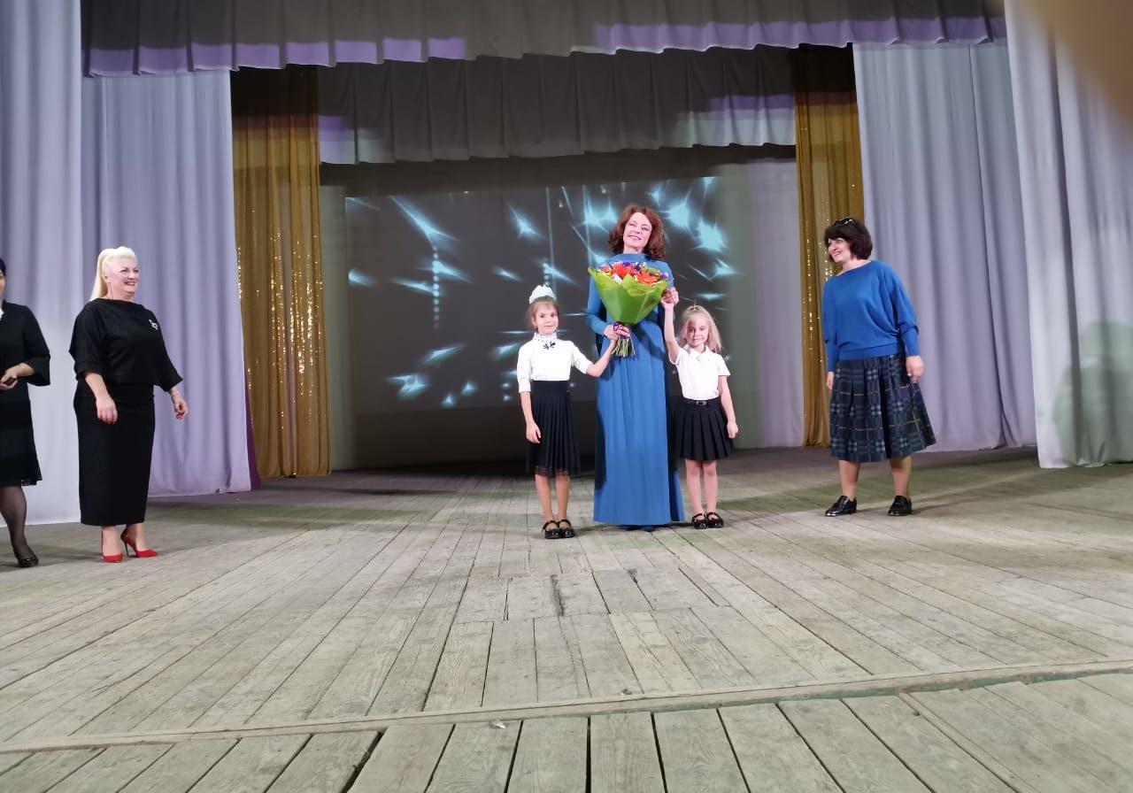 Христина вместе с вокальной группой Ассоль выступает2